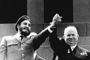 Fidel Castro et Nikita Khrushchev durant une visite officielle à Moscou pendant la Guerre Froide